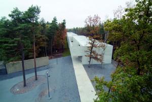 Blick über den Anne-Frank-Platz auf das Dokumentationszentrum, 2007. Foto Klemens Ortmeyer. GBB (SnG)