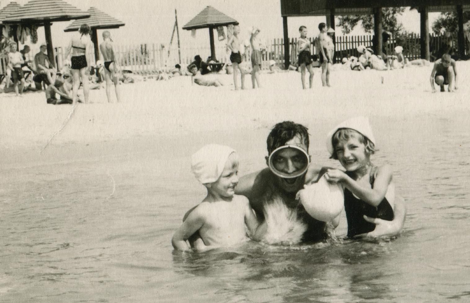Степан Горечий з дітьми на відпочинку біля м. Одеса, 2-а пол. 1960-х рр.