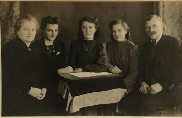 © Anna H.: Ich (zweite von links) mit meinen Schwestern und Eltern